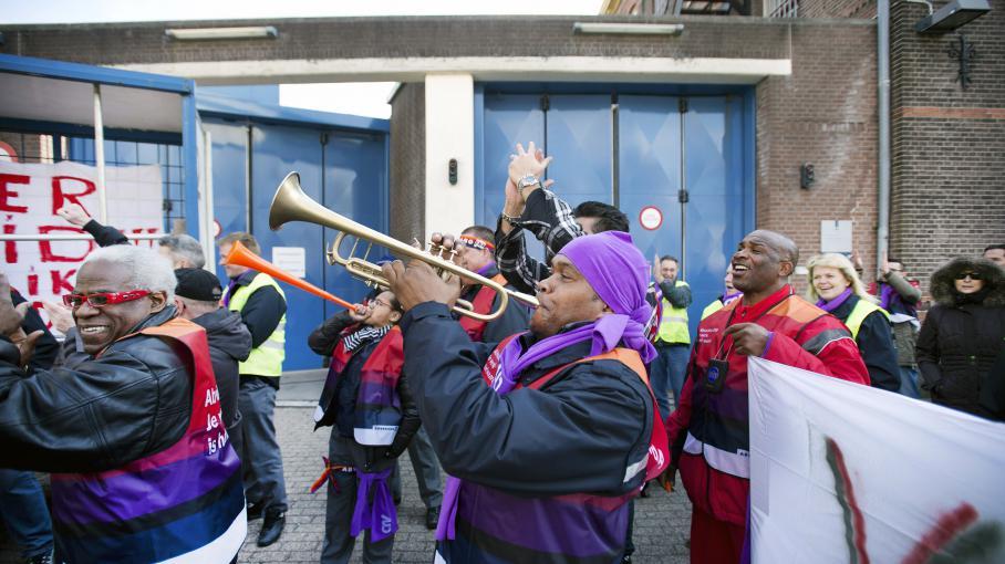 Des salariés de la prison de Koepel manifestent devant la prison de Haarlem (Pays-Bas), le 5 avril 2013, pour protester contre le plan de fermeture de prisons du gouvernement néerlandais.