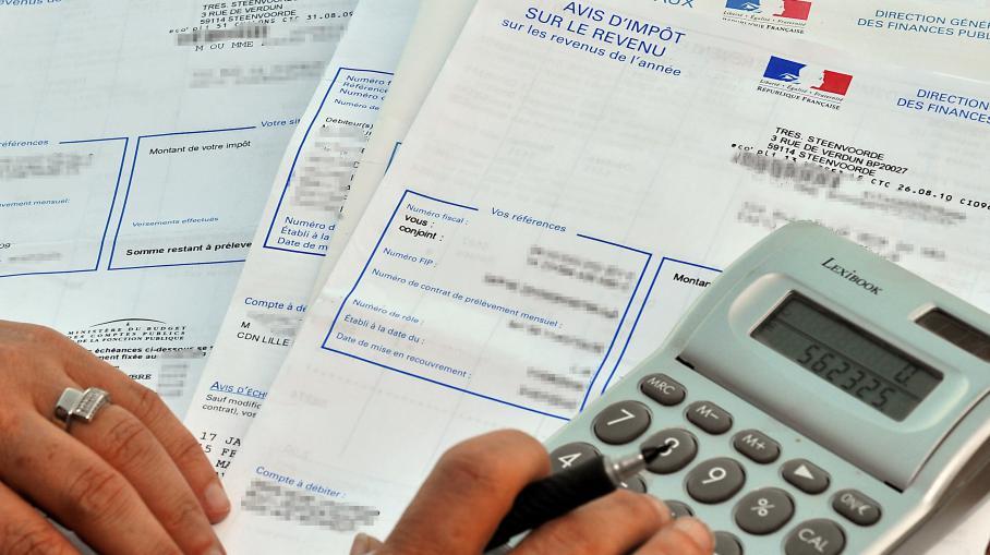 Une personne consulte son avis d'impôt sur le revenu, le 20 septembre 2010 à Lille (Nord).