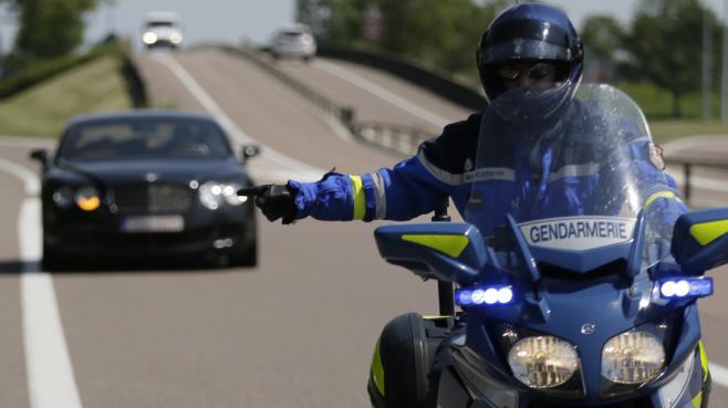 A l'arrivée des gendarmes, les deux tagueurs ont pris la fuite, avant de revenir sur leurs pas, voyant les militaires fouiller leur véhicule.