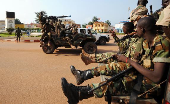 Des soldats patrouillent dans une rue de Bangui, le 5 décembre.