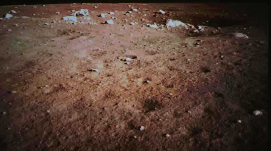 Une photographie du sol lunaire réalisé par la sonde Chang'e-3, le 14 décembre 2013 sur la Lune.