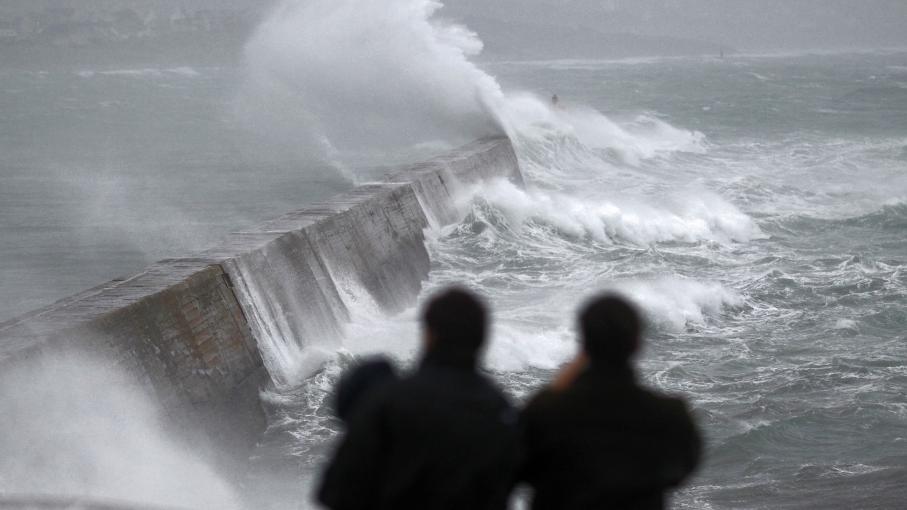 Des vagues se brisent sur le port d'Esquibien (Finistère), lundi 23 décembre 2013.