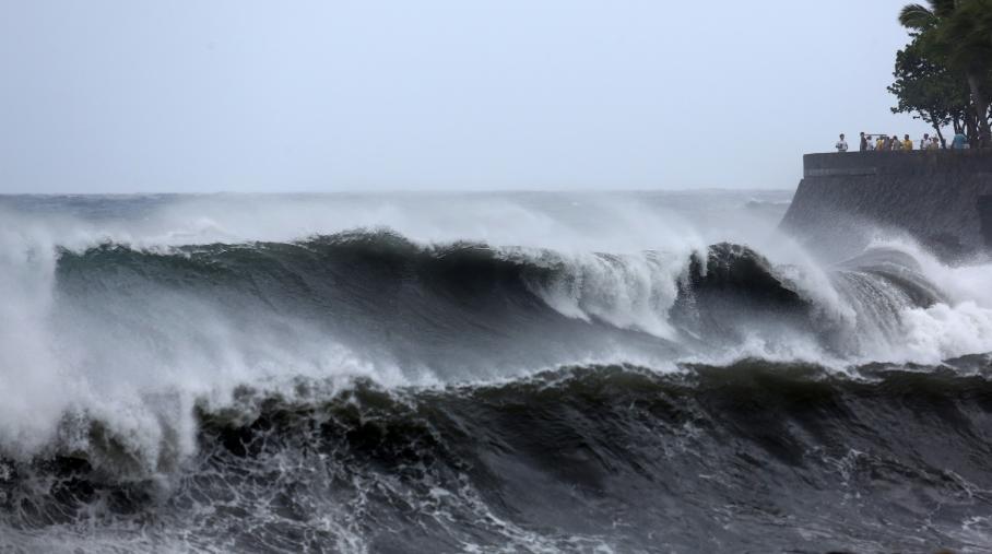 Des vagues s'écrasant sur les côtes à la Réunion, à l'approche du cyclone Bejisa, le 1er janvier 2014.