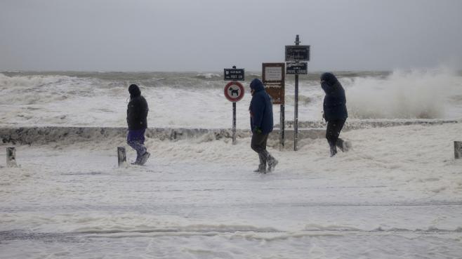 Vents forts et hautes vagues au Croisic (Loire-Atlantique), le 1er janvier 2014.