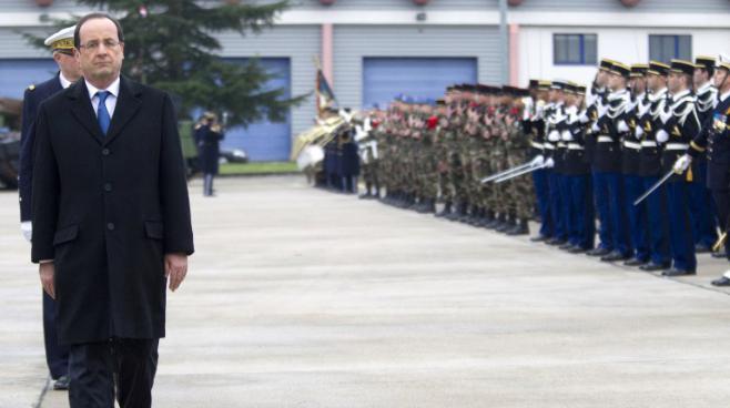 Le président François Hollande passe en revue les troupes du 12e régiment de la base d'Olivet, près d'Orléans (Loiret) à l'occasion des vœux de nouvelle année, le 9 janvier 2013.