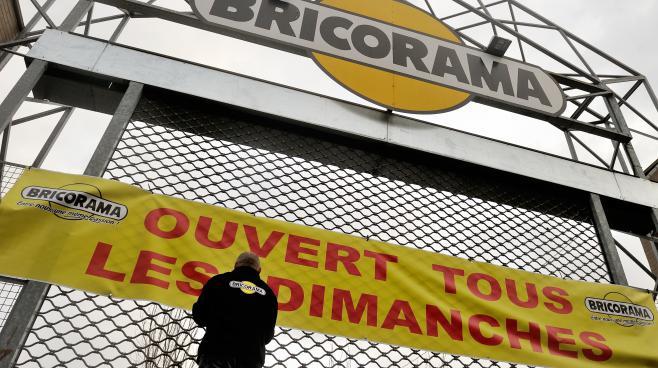 Un employé de la chaîne de bricolage Bricorama installe une bannière sur un magasin de Lille (Nord), le 3 janvier 2014.