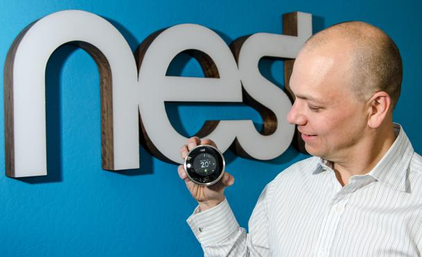 Tony Fadell, le cofondateur de la start-up Nest, avec le thermostat intelligent qu'il commercialise, en 2012, à Palo Alto (Californie).