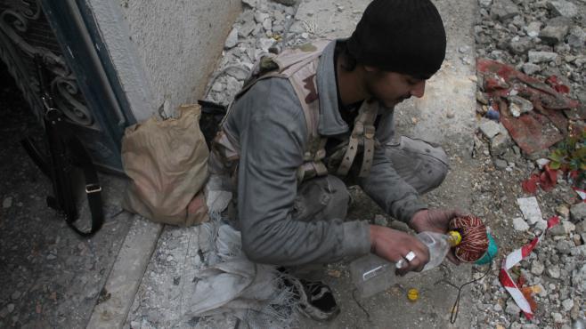 Un combattant prépare une boule de feu, à Deir Ezzor,dans le nord de la Syrie, le 10 janvier 2014.