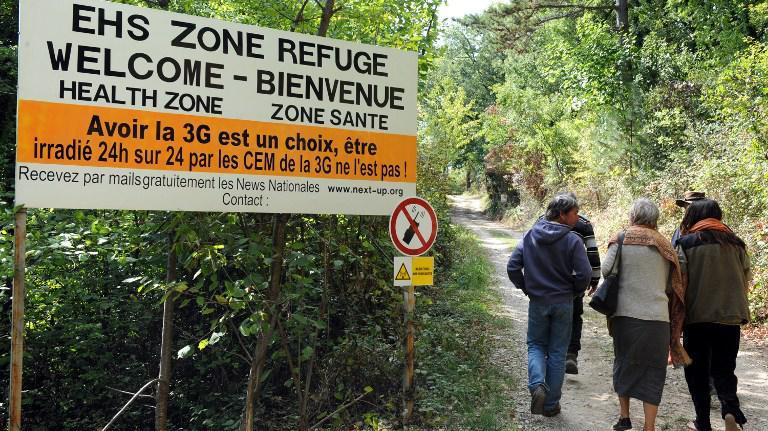 Des personnes pénètrent, le 2 octobre 2009, dans le premier refuge anti-ondes de France, près de Crest (Drôme).