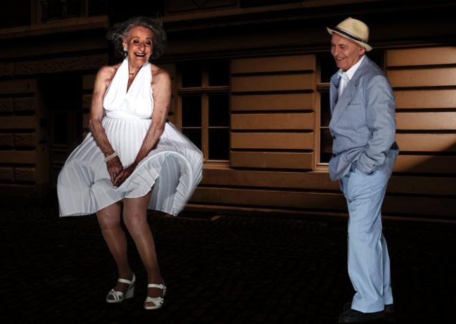 """Ingeborg Giolbass, 84 ans, et Erich Endlein, 88 ans, rejouent la scène culte de """"Sept ans de réflexion""""."""