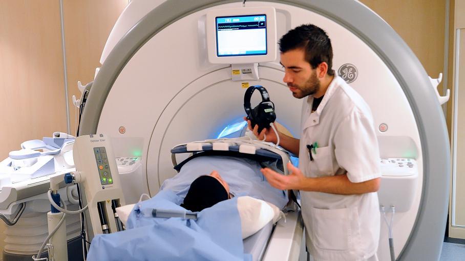 Un médecin prépare son patient en vue d'une IRM, le 6 février 2013 au centre Oscar-Lambret de Lille (Nord), spécialisé dans la lutte contre le cancer.