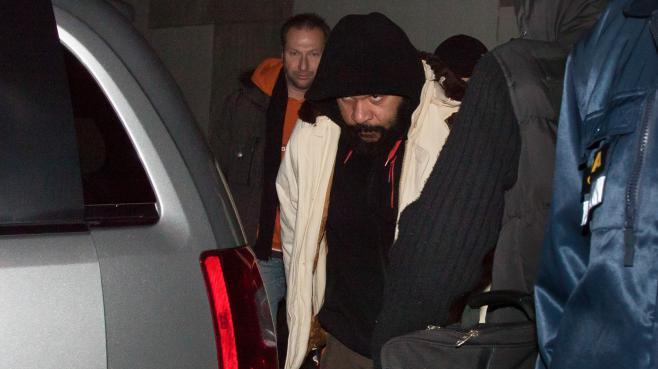 Flanqué de ses gardes du corps, l'humoriste Dieudonné quitte la salle de spectacle de Nyon (Suisse) où il s'est produit, le 3 février 2014.