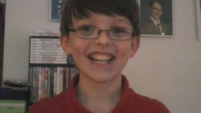 La mère de Colin, qui doit fêter ses 11 ans en mars 2014, a créé une page Facebook pour rompre la solitude de son enfant.