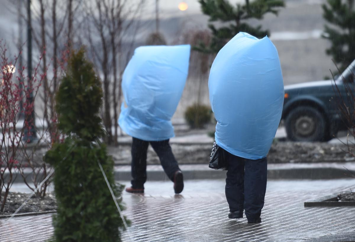 "strange rain in a distant amine bekki instructor: shadi shidrawi course: english 203 date : 13 september 2013 response 1 an analysis of mahmoud darwish's "" a gentle rain in a strange autumn."