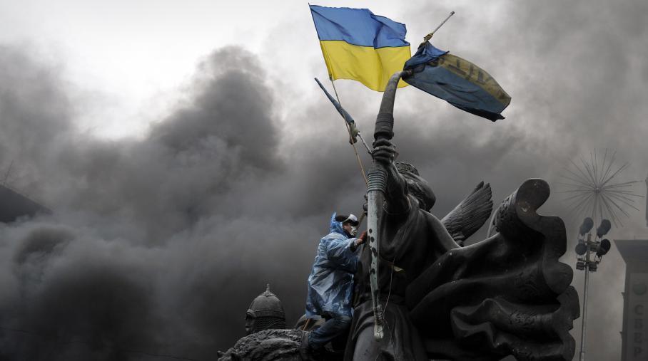 Un manifestant à Kiev brandit un drapeau ukrainien, le 20 février 2014.