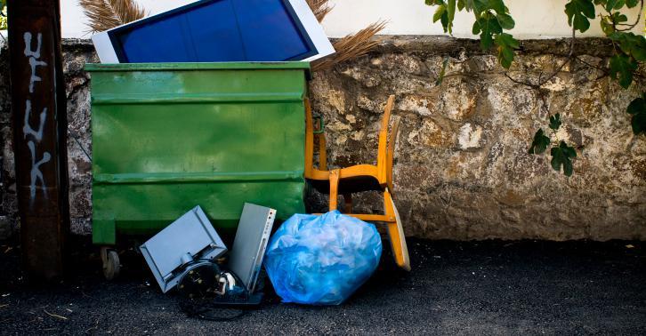 italie une femme de m nage d 39 un mus e jette une uvre d 39 art aux ordures. Black Bedroom Furniture Sets. Home Design Ideas