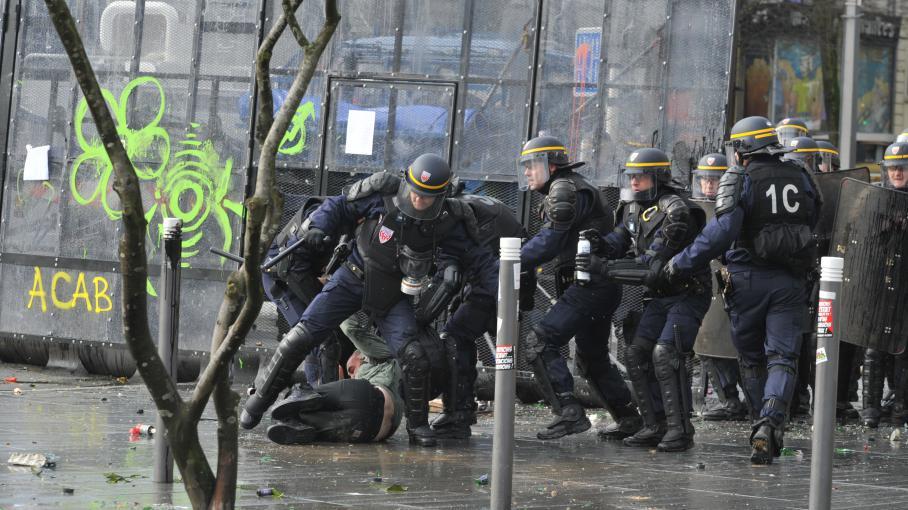 Des CRS face à des manifestants qui protestent contre l'aéroport de Notre-Dame-des-Landes, à Nantes (Loire-Atlantique), le 22 février 2014.