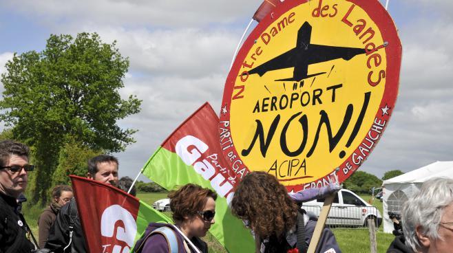 Des opposants au projet d'aéroport de Notre-Dame-des-Landes défilent près de Nantes (Loire-Atlantique), le 6 septembre 2013.