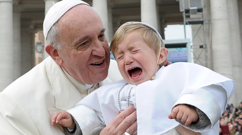 Video le pape fran ois embrasse un enfant d guis en pape for Man arreda ragazzi roma