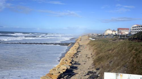 Lacanau tente de protéger ses dunes face à la tempête