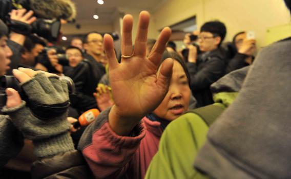 Les familles des passagers de l'avion disparu au large du Vietnam, le 8 mars à Pékin (Chine).