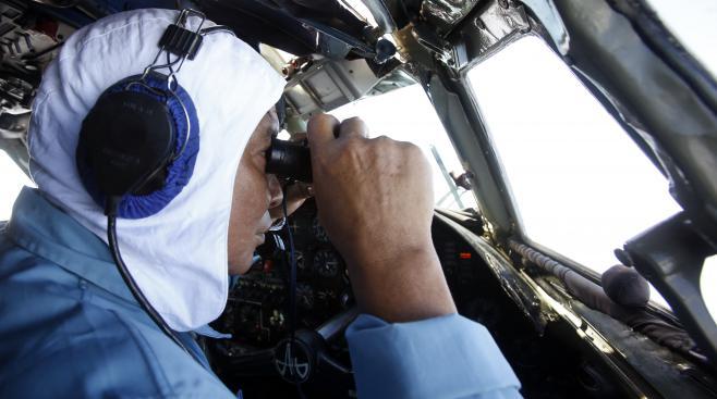 Un lieutenant vietnamien à la recherche du Boeing disparu survole l'archipelCôn Đảo, le 12 mars 2014.
