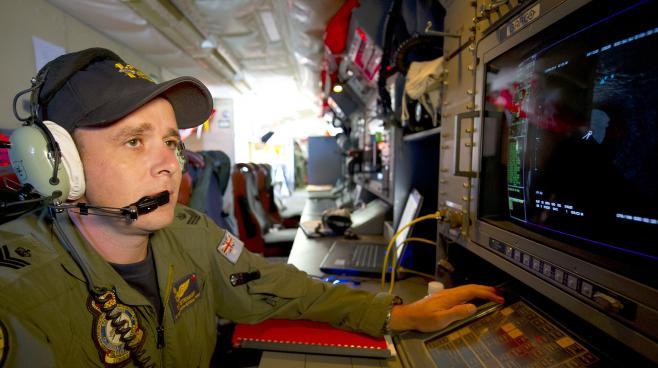 Un analyste de l'armée de l'air australienne surveillant un radar à bord d'un avion orion, à la rechcrehce des débris du MH370, le 19 mars 2014 dans le sud de l'océan Indien.