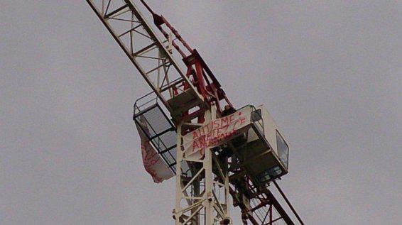 La banderole d'Estelle Ast, mère d'un enfant autiste, grimpée en haut d'une grue de Toulouse, le 21 mars 2014.
