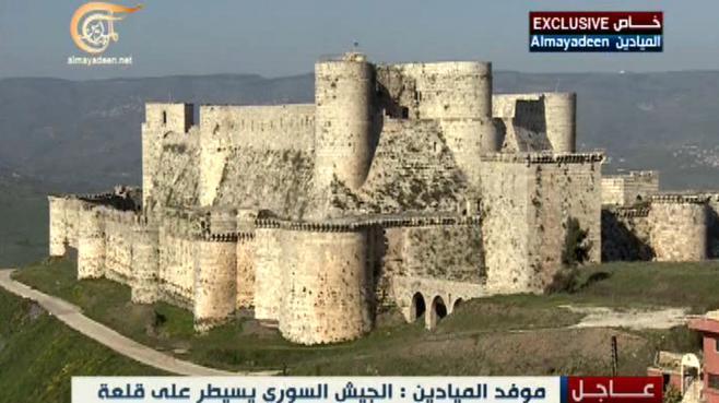 Le drapeau du régime syrien flotte sur le krak des Chevaliers, la citadelle classée au patrimoine mondial de l'Unesco, le 20 mars 2014.
