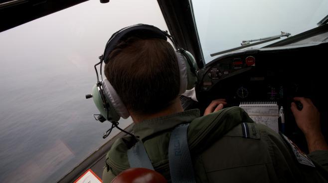 Un officier australien survole l'océan Indien, le 24 mars, à la recherche de débris du Boeing disparu de la Malaysia Airlines.