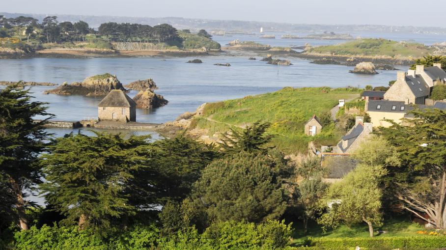 L'îlot de Béniguet, dans les Côtes-d'Armor, vu depuis l'île de Bréhat, le 27 avril 2010.