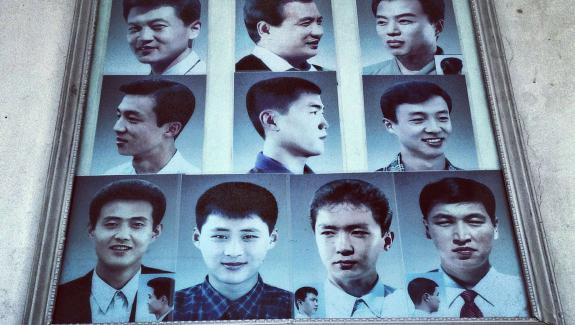 Foto scattata al t & eacute; l & eacute; & cellulare agrave;  Pyongyang (Horn & eacute; e Nord), PR & eacute; & egrave sensazione mod, i tagli di capelli a Barber. & Nbsp;