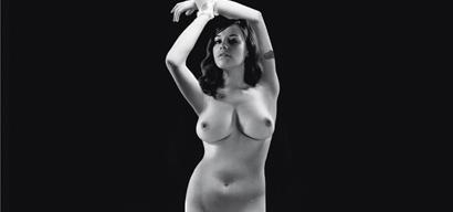 Video femme nue dans cuisine