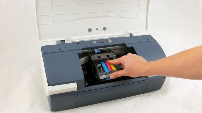 Une personne change les cartouches d'encre de son imprimante, le 13 novembre 2007 en Allemagne.