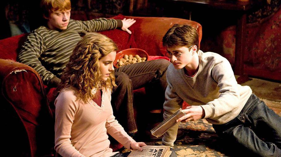 """(De gauche à droite) Rupert Grint, Emma Watson et Daniel Radcliffe jouent Ron, Hermione et Harry dans le film """"Harry Potter et le prince de sang mêlé""""."""