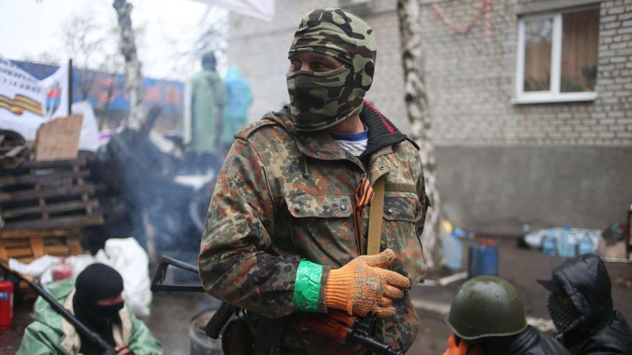 Un combattant pro-russe dans la ville de Slaviansk, dans l'est de l'Ukraine, le 13 avril 2014.