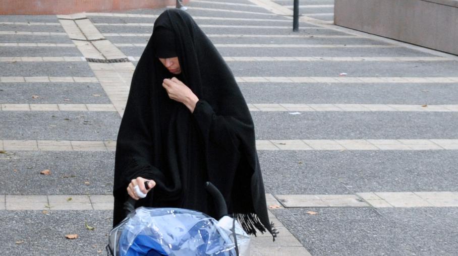 Souad Merah, la sœur de Mohamed Merah,arrive au commissariat de police de Toulouse (Haute-Garonne), le 19 décembre 2012.
