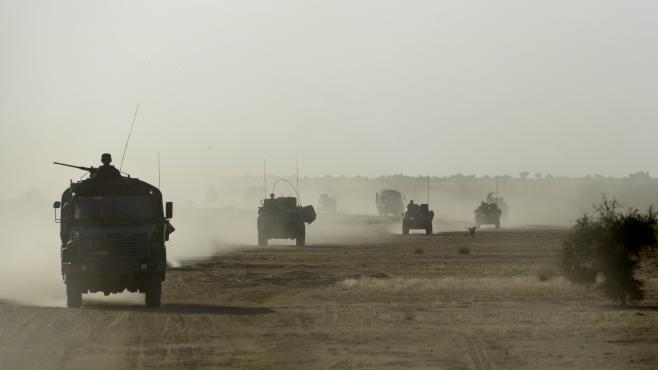 Des soldats français patrouillant dans les environs de Tombouctou (Mali), en octobre 2013.