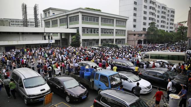 Des salariés de Yue Yuen Industrial, le 18 avril 2014, à Dongguan (Chine).