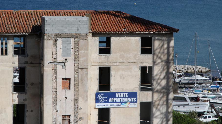 Un immeuble en construction à Calvi (Haute-Corse), en août 2013.