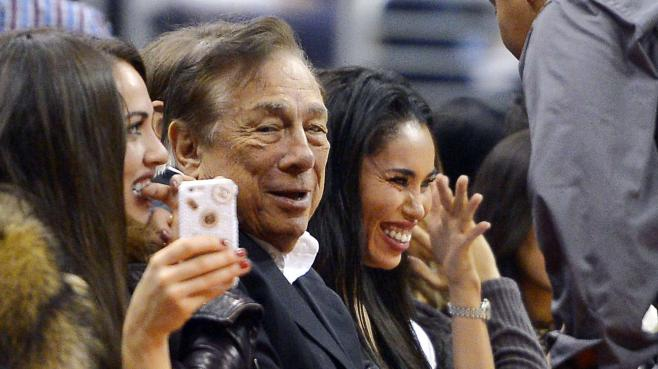 Donald Sterling et, à sa gauche, son ex-compagne V. Stiviano, lors d'un match des Los Angeles Clippers face aux Sacramento Kings, le 25 octobre 2013, à Los Angeles.