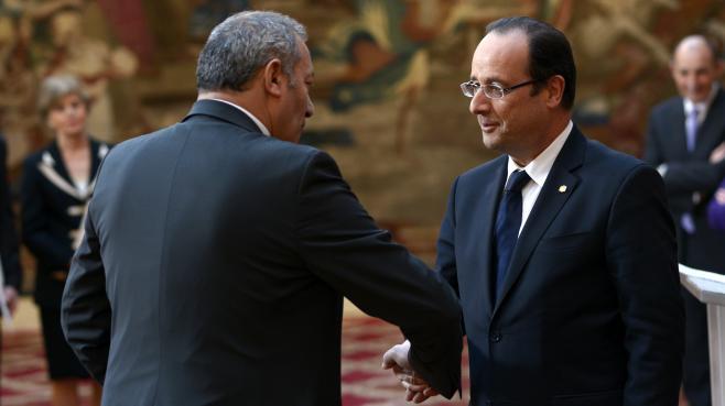 L'ancien ambassadeur de France en Andorre Zaïr Kédadouche et le président François Hollande, le 22 février 2013 au palais de l'Elysée, à Paris.