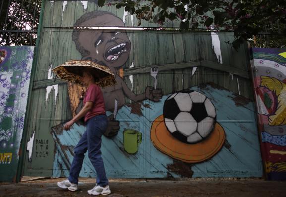 """La fresque du """"street artist"""" Paulo Ito, dans une rue de Sao Paulo, au Brésil, le 22 mai 2014."""