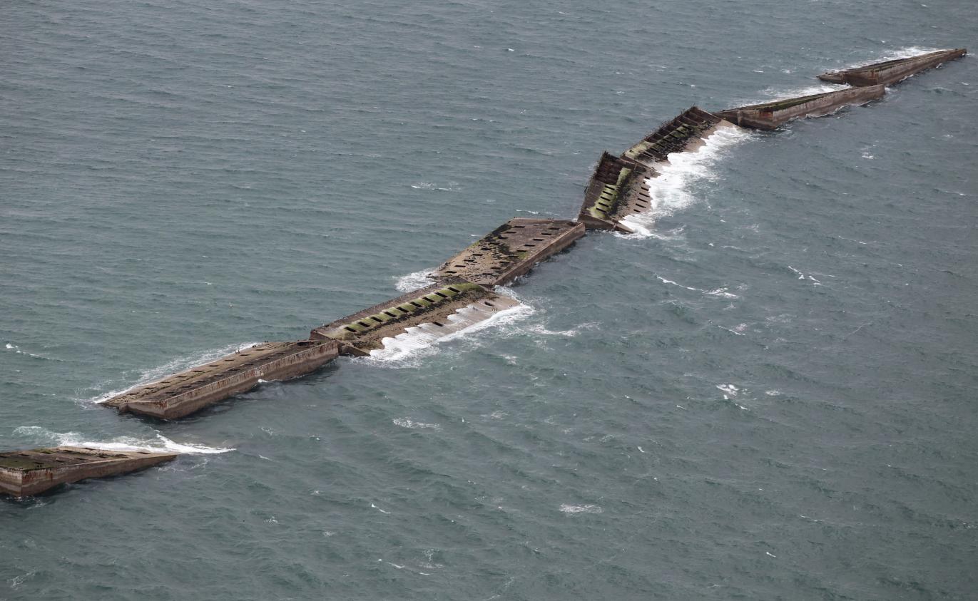 Video le port flottant d 39 arromanches en 1944 une id e insens e devenue r alit - Port artificiel d arromanches construction ...