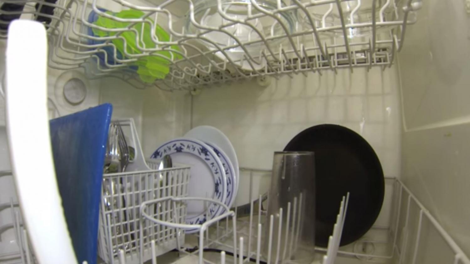 video a quoi ressemble l 39 int rieur d 39 un lave vaisselle en route. Black Bedroom Furniture Sets. Home Design Ideas