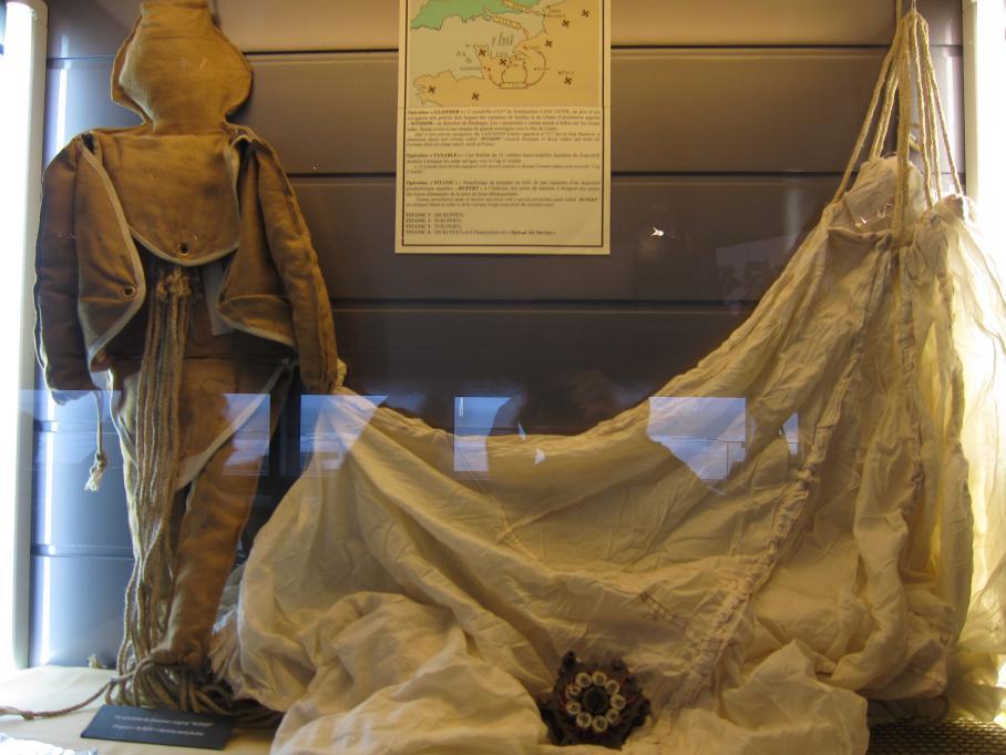 Un mannequin Rupert et sa toile de parachute, photographiés le 27 septembre 2010 au musée du Débarquement d'Arromanches (Calvados).