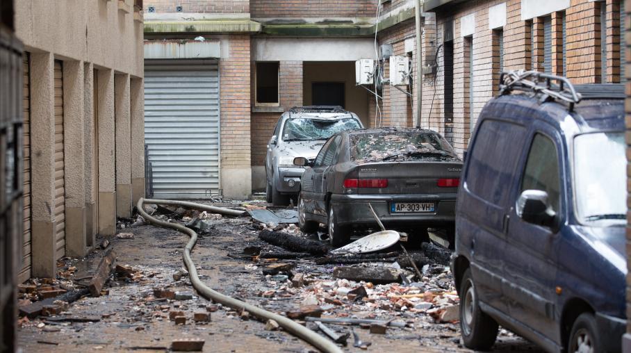 La cour de l'immeuble ravagé par un incendie, le 7 juin 2014, à Aubervilliers (Seine-Saint-Denis).