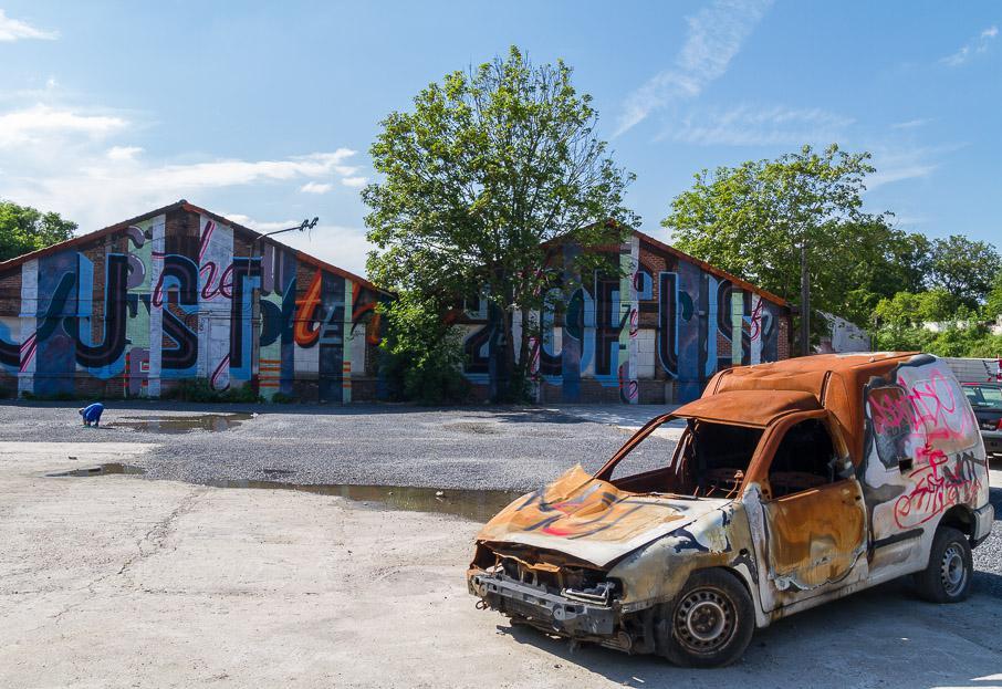 des street artists habillent l 39 ancienne casse auto d 39 aubervilliers. Black Bedroom Furniture Sets. Home Design Ideas