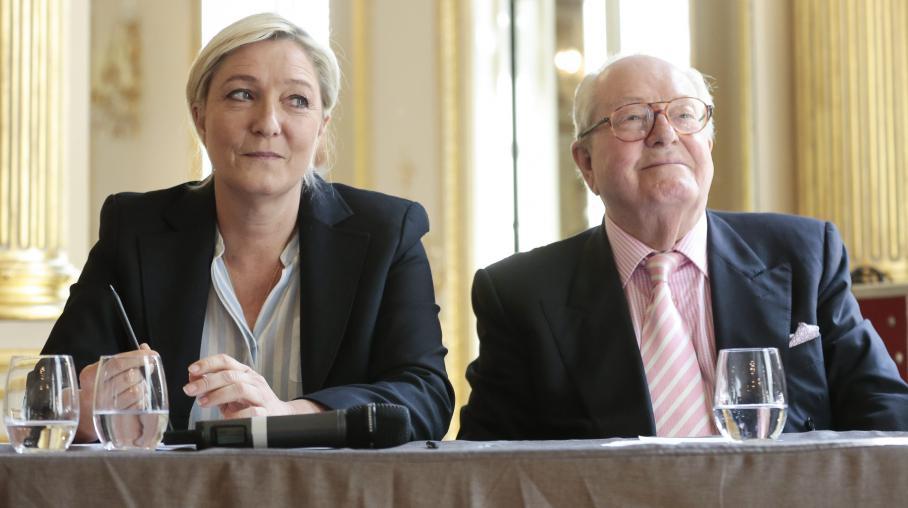 La présidente du FN, Marine Le Pen, et le président d'honneur du parti, Jean-Marie Le Pen, lors d'une conférence de presse à Paris, le 22 avril 2014.
