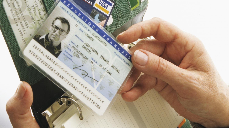 Carte Identite Algerienne Validite.Video Des Touristes Francais Renvoyes Pour Des Cartes D